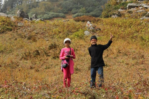 Children group trekking to Lama Dug