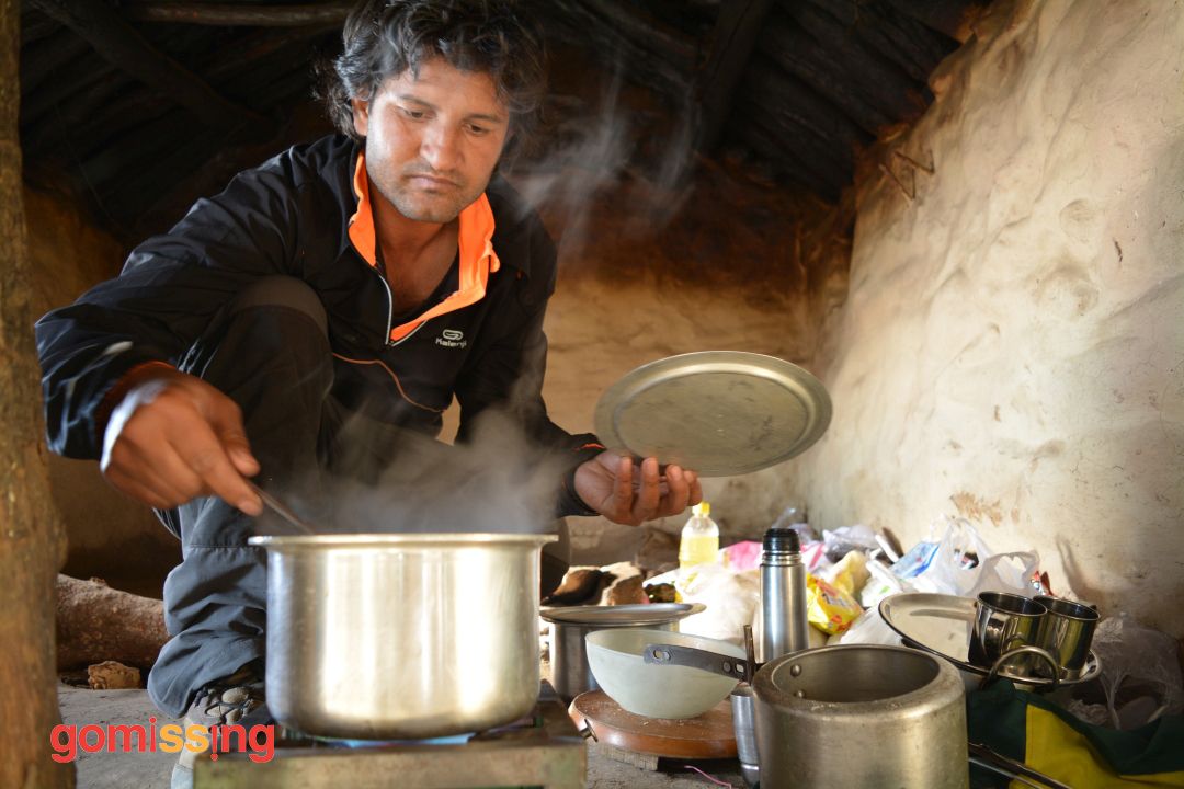 Bacchan Ji cooking maggi in the hut