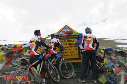 Manali leh mountain biking expedition - at Tanglang la