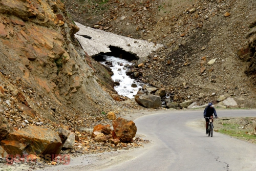 Cycling on the road to Keylong - good tarmac section