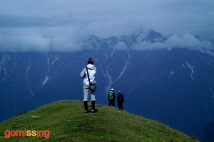 beas kund trek - trekkers soaking in the views