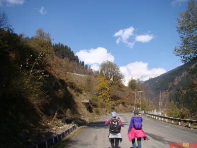 urvi and tanuja on go missing beas kund trek